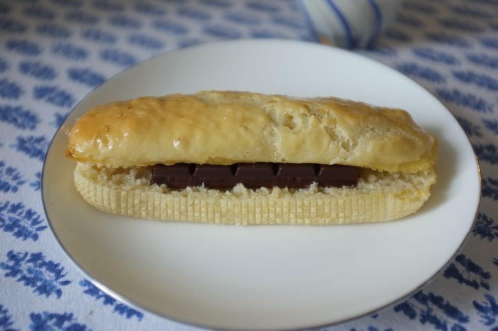 brioche allongée avec une barre de chooclat, le nouveau classique de nos goûters
