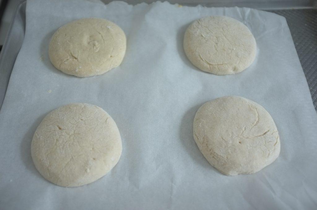 Les pain sans gluten pour burger , une fois façonné.