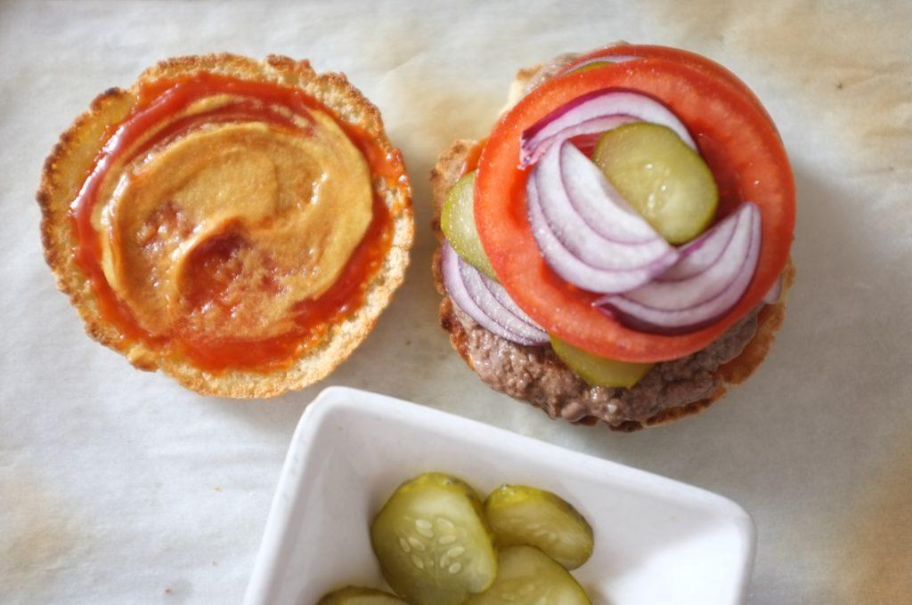Moutarde et ketchup, mon burger est presque prêt