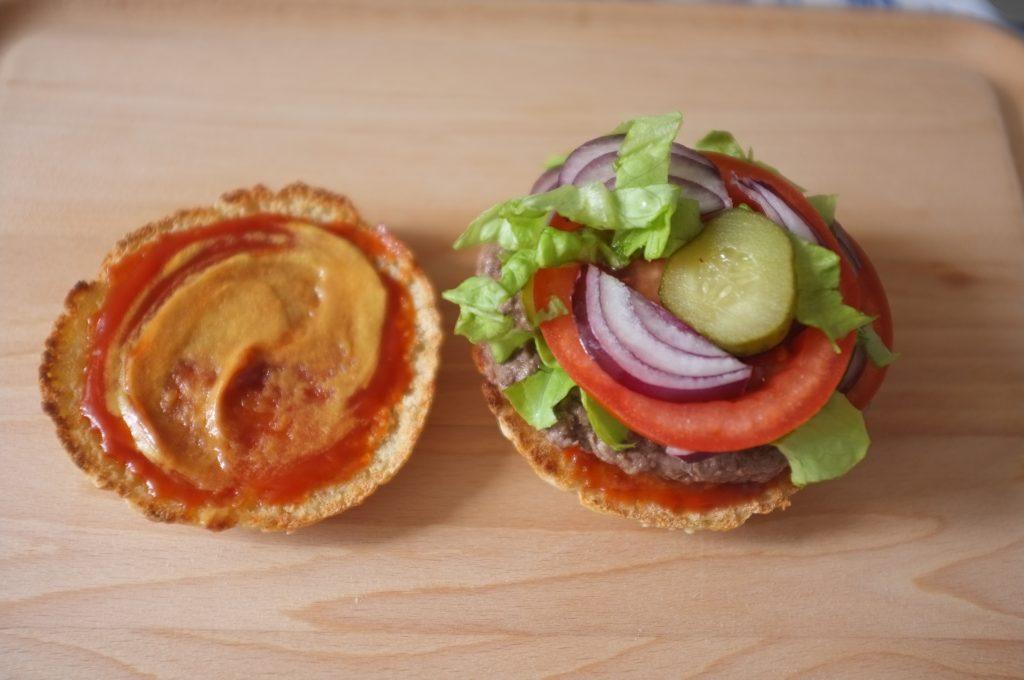 Moutarde et ketchup, mon burger sans glutn est presque prêt