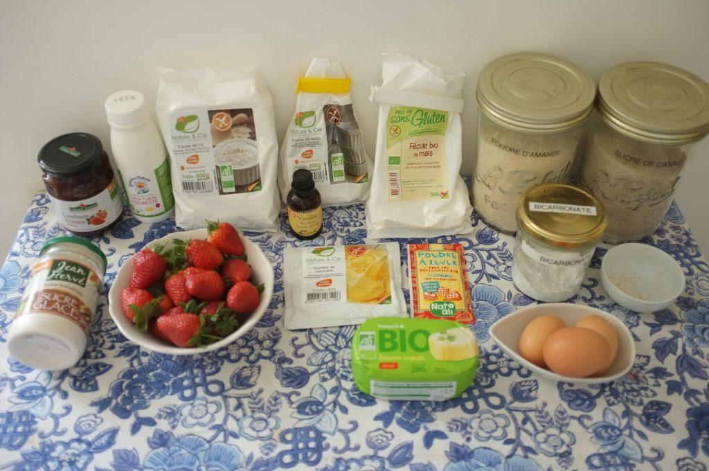 Les ingrédients sans gluten pour le gâteau roulé à la fraise, les fraises de la photo sont pour accompagner le gâteau