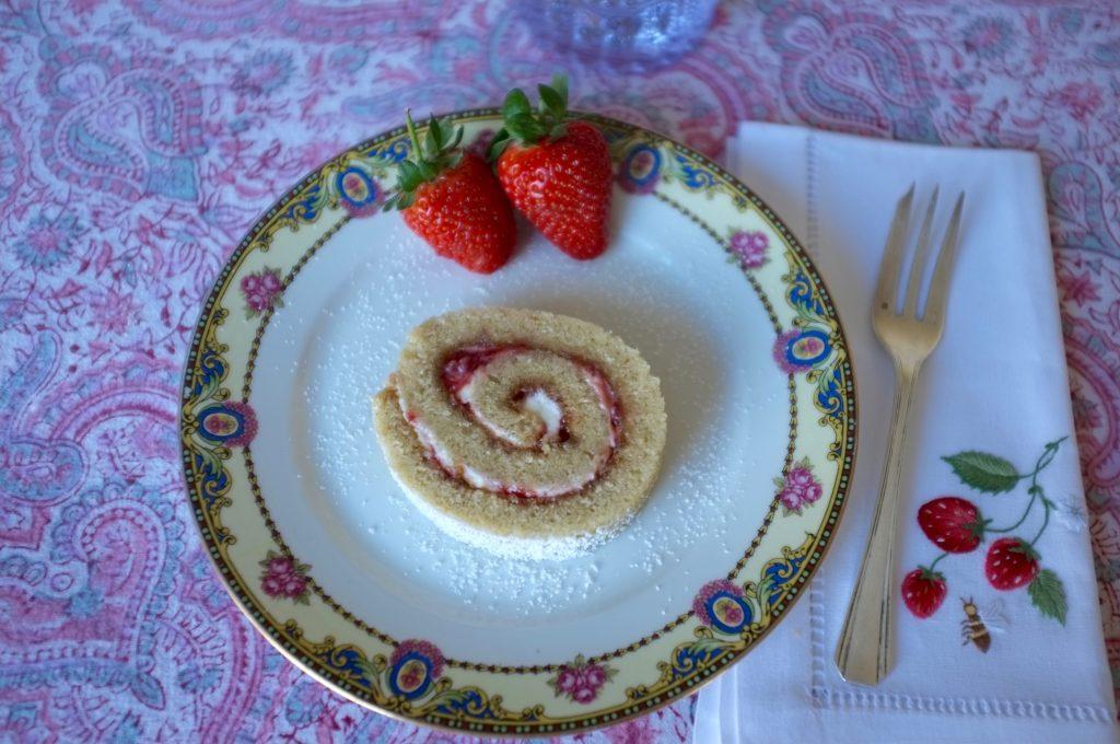Une part de gâteau roulé sans gluten à la fraise.