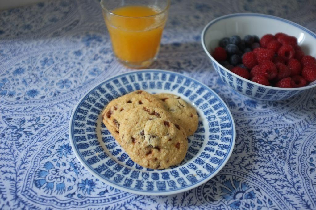 Les cookies au chocolat noir et éclats de caramel d'Isigny, pour notre goûter.