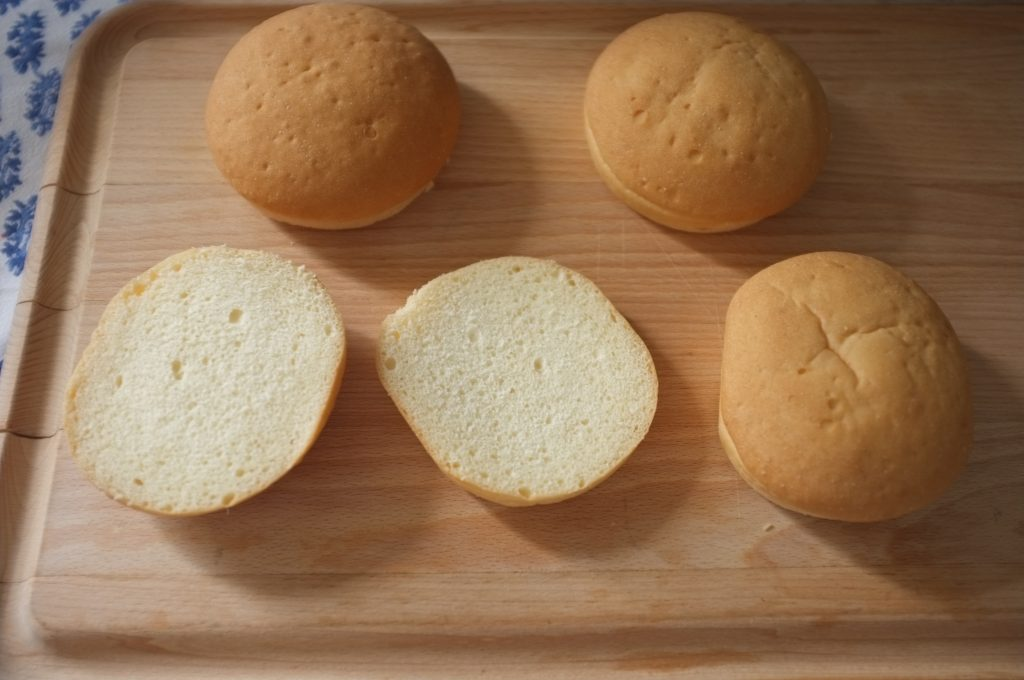 Les pains burger sans gluten de Gerbé Sans Gluten, tranché en deux, la mie est tendre et se tient bien.