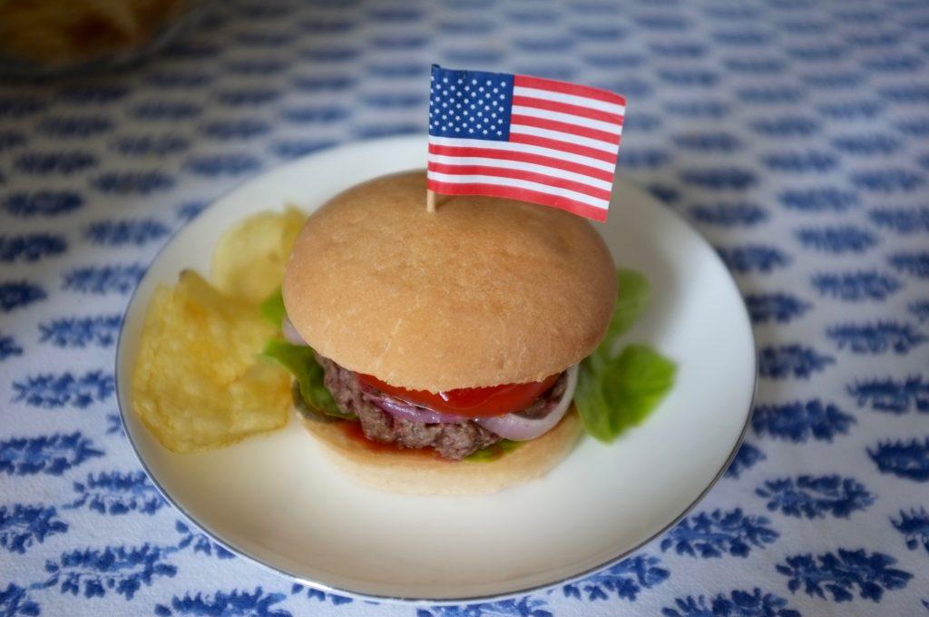 Notre burger sans gluten avec un peu de chips, forcément;