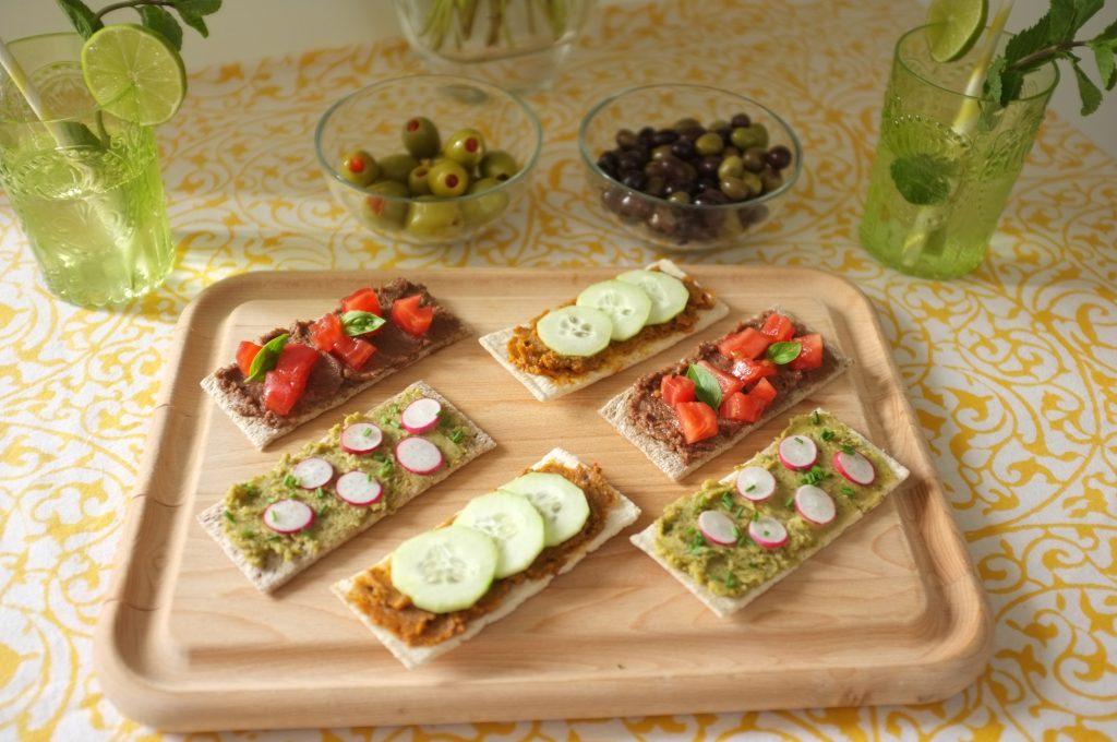 L'apéro avec les tartines croquantes et les terrines végétales, décorés des légumes du marché.