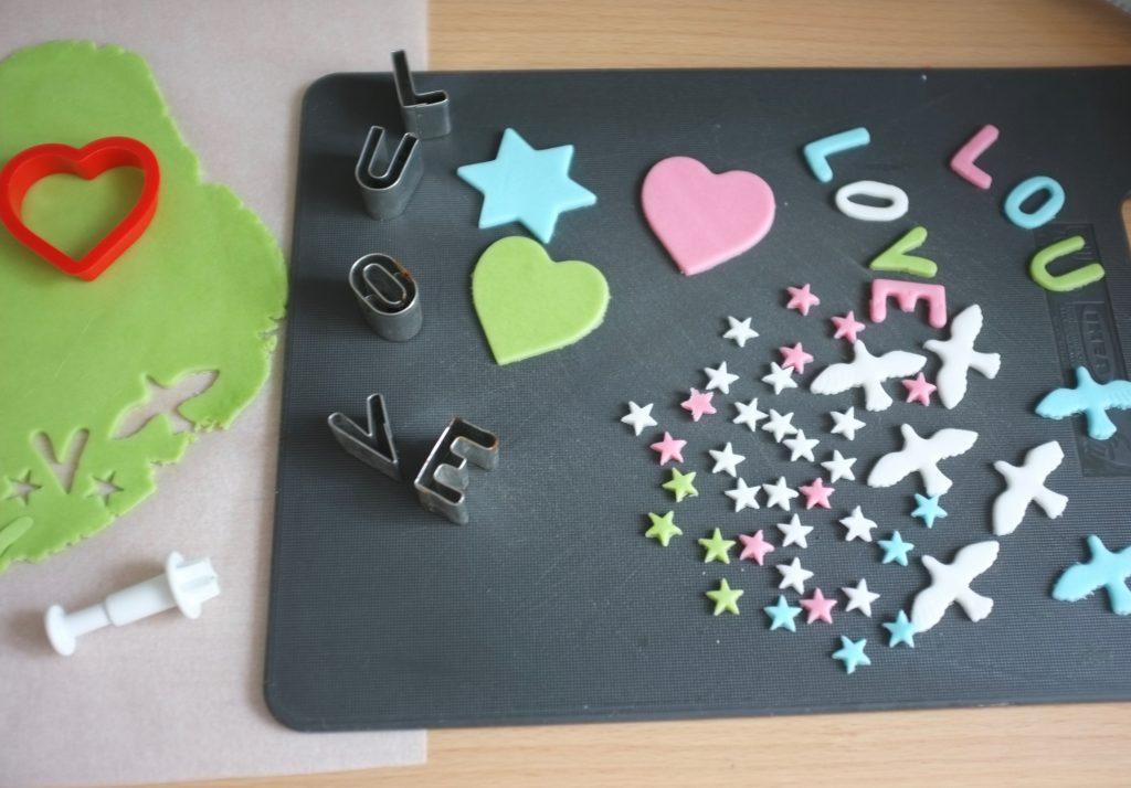 """POur l'anniversaire de Lou, je découpe à l'emporte pièce son prenom et son mot favori """"Love"""", des minis étoiles et des colombes."""