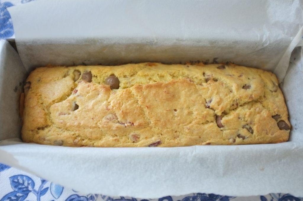 Le cake sans gluten au jambon et aux olives à la sortie du four, la farine de millet lui apporte cette belle couleur dorée.