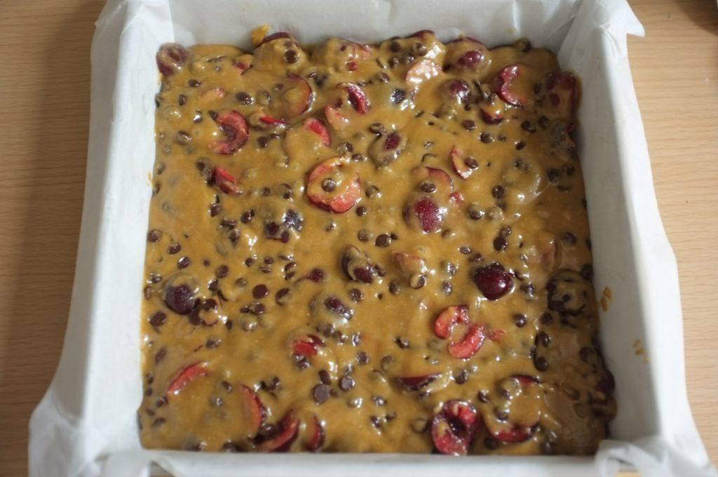 Le gâteau sans gluten cerise et chocolat avant d'être enfourné