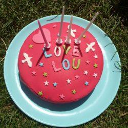 Recette sans gluten de gâteau d'anniversaire fraise et pâte à sucre