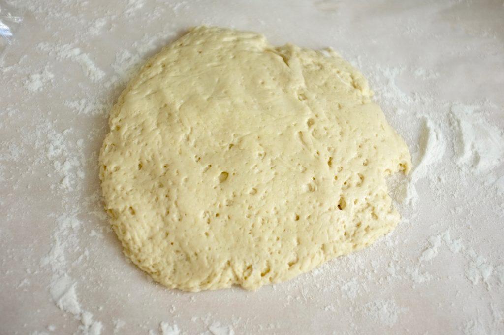 La pâte à pizza divisée en deux, cette partie sera pour la pissaladière.