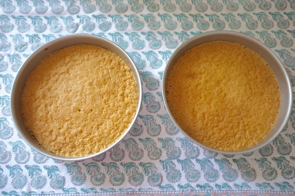 Les deux gâteaux sans gluten vanille à la sortie du four.