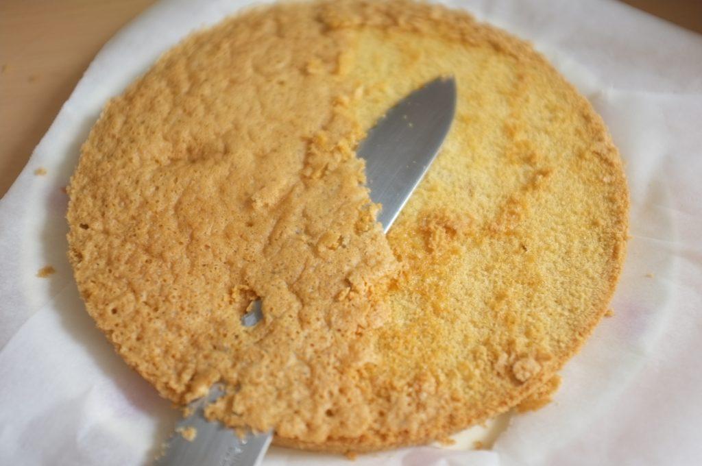 J'enlève la très fine croute du gâteau sans gluten pour laisser apparaitre la génoise.