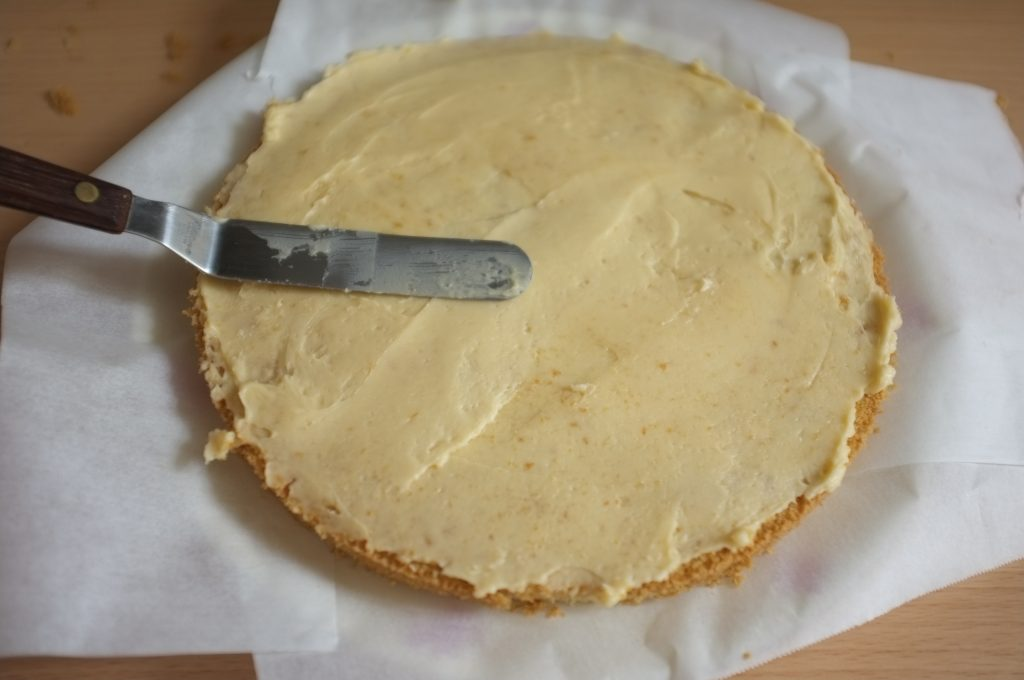 La plat de service est protégé, je dépose une couche de crème au beurre également parfumée à la vanille