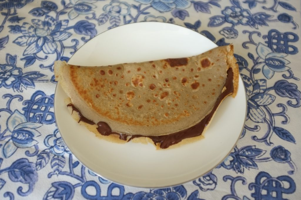J'ai fais des crèpes de sarrasin avec de la farine et du lait de sarrasin, accompagné de chocolat noir simplement fondu, un vrai régal!