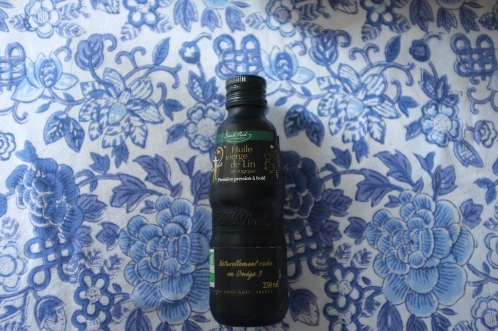 L'huile de lin de Emile Noël. La bouteille est noire car l'huile de lin est fragile et doit rester dans l'obsurité pour conserver toutes ces merveilleuses qualités nutritives.