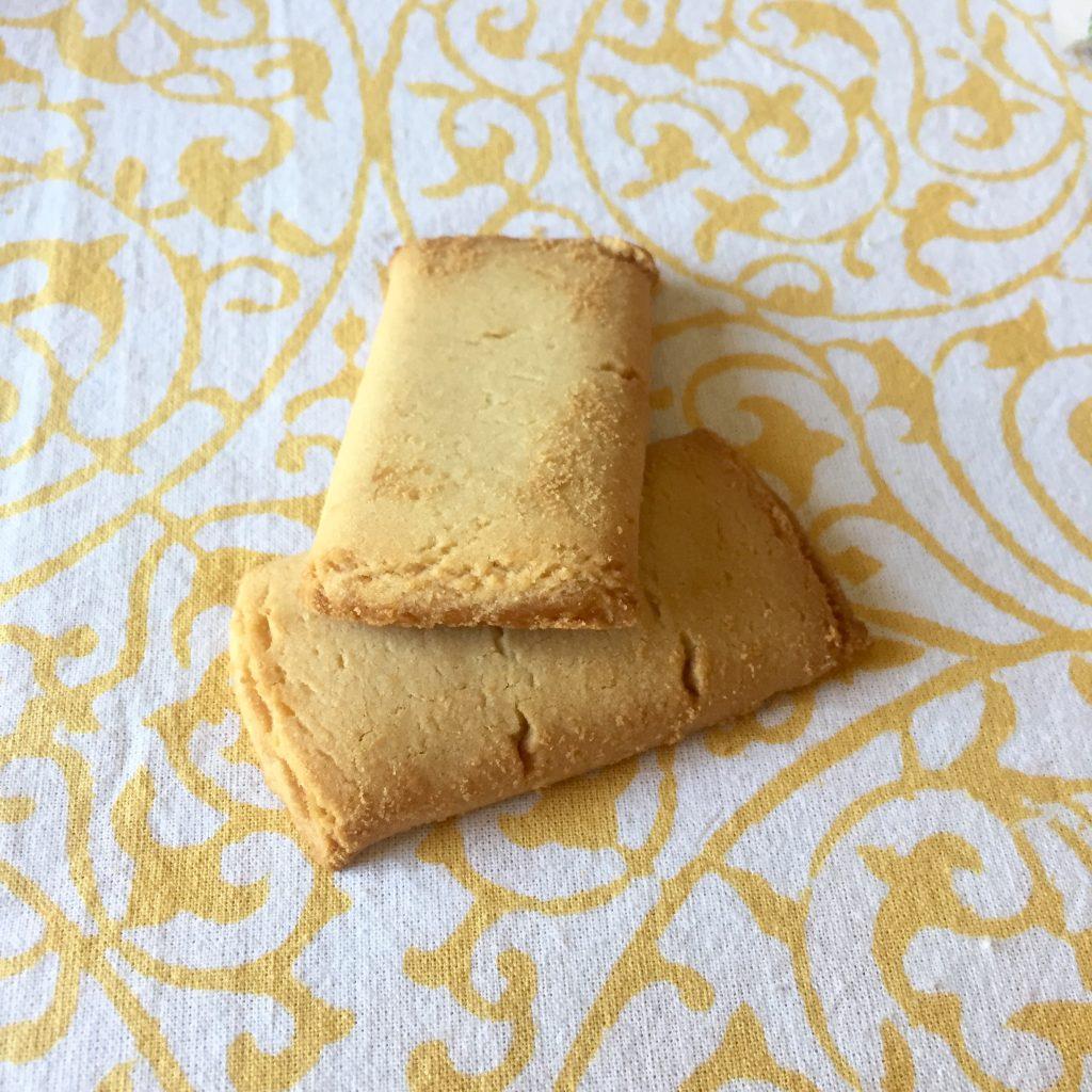 Les biscuits fourrés abricot. Le paquet contient deux biscuits par sachet.