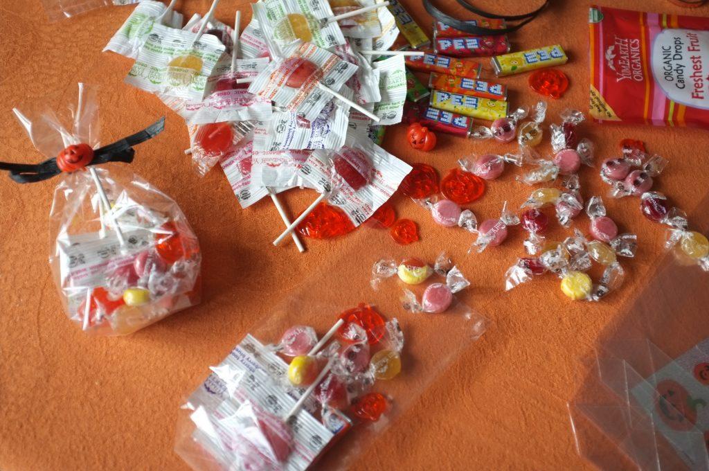La préparation des sachets sucrés pour les petits
