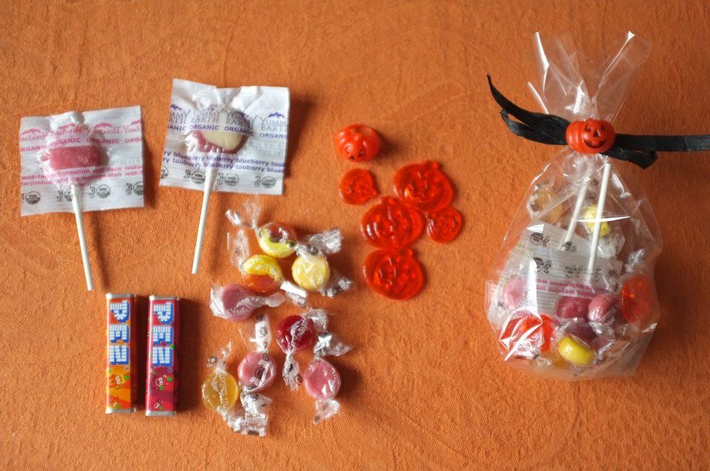 Voilà  la compostion des sachets sucrés pour les petits: sucettes aux fruits doux, petits bonbons aux fruits doux, tubes de fraise et orange, quelques citrouilles  et bague en plastiques.