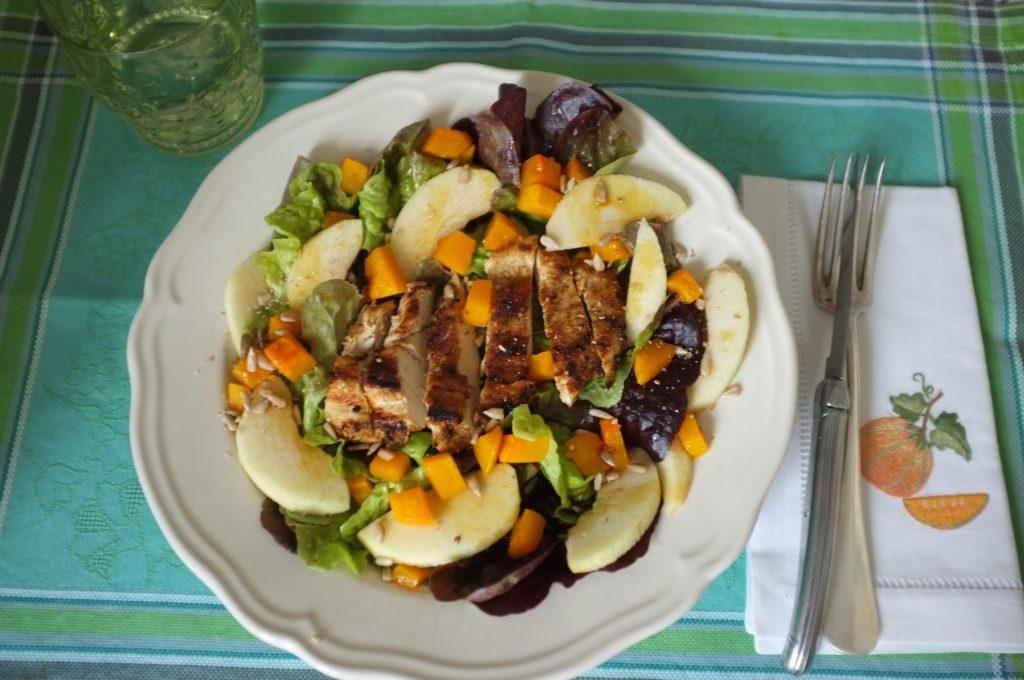 Ma salade au poulet, pomme granny et huile de courge.