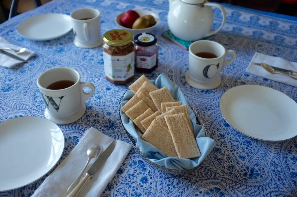 Ma table du petit déjeuner avec les tartines croquantes à l'amande