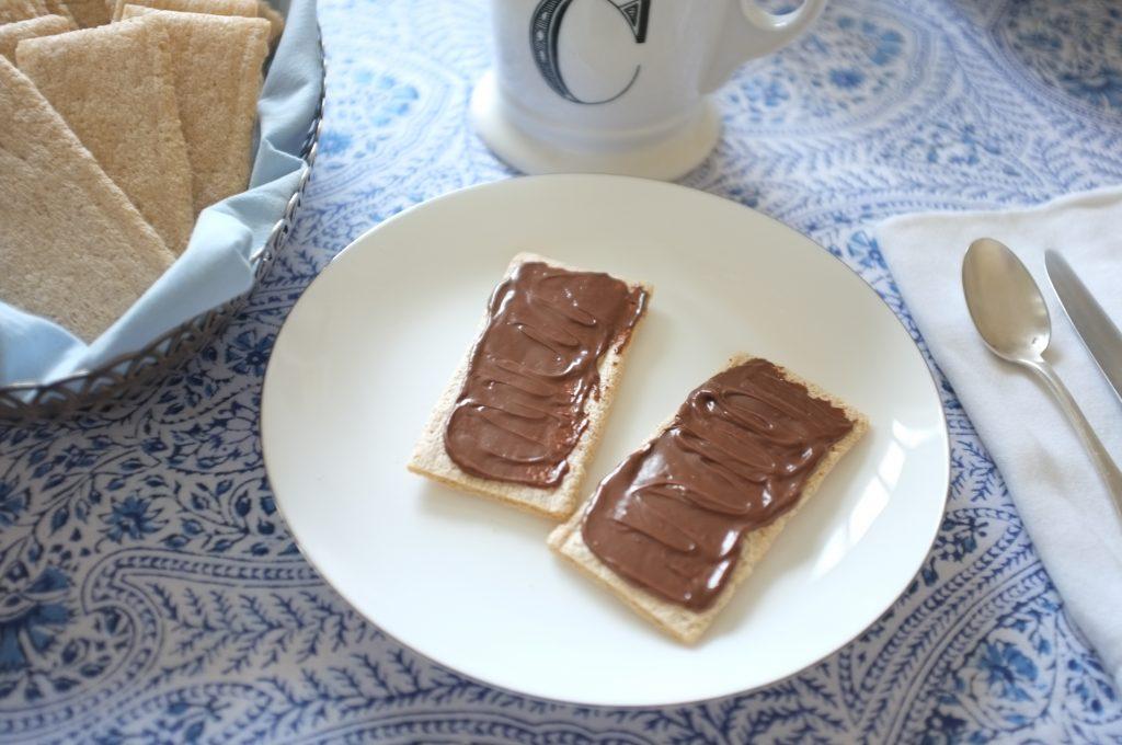 Les tartines sans gluten craquantes à l'amande, avec de la pâte à tartiné noisette chocolat