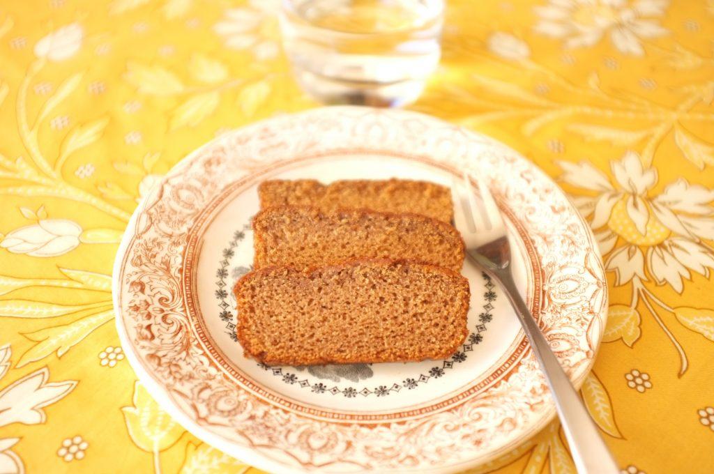 Les tranches de pain d'épice sans gluten à la farine de châtaigne et à l'amande