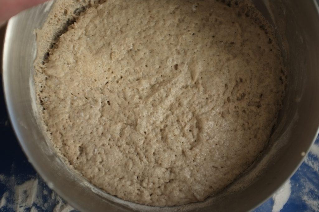 La pâte sans gluten a doublé de volume, elle est pleine de minuscules bulles.
