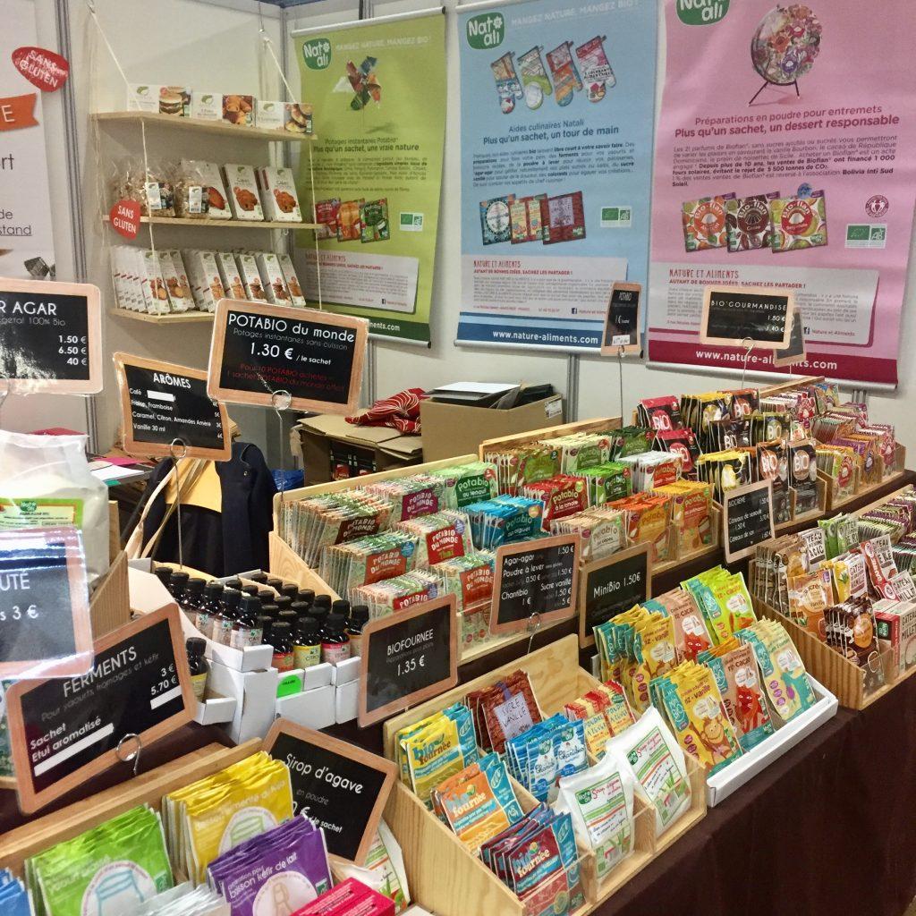 Le stand de Nature & Cie et Nat-Ali, pour les farines, les préparations , les gommes, poudre à lever, etc...et même des décorations pour gâteau.