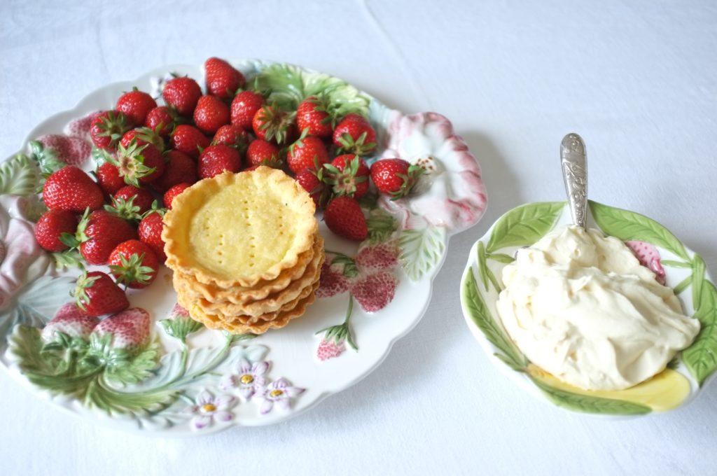 tartelettes individuelles sans gluten aux fraises et crème fouettée