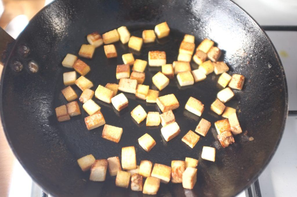 petits cubes de tofu fumé sauté à la poêle pour la soupe Pho vietnamienne sans gluten
